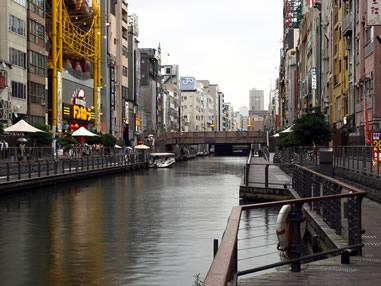 経済格差や教育格差の拡大など国の発展を阻害する要因として東京一極集中の弊害が叫ばれて久しいが、集中は市場の生産性を高める効果をもたらし、国際都市間競争や税収効果等の面でいくつかのプラスも存在する功罪半ばする現象である。